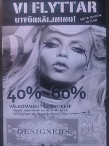 Reklamblad med bild på person med plutmun och mycket smink.  Text: Vi flyttar. Utförsäljning! 40%-60%