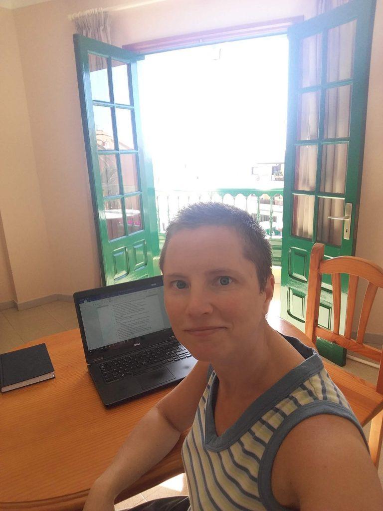 Språkgranskning pågår. Språkkonsulten Jenny Forsberg vid datorn.
